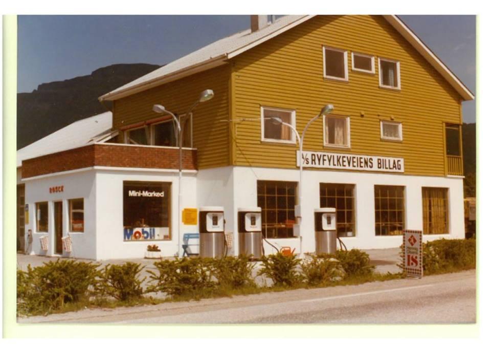 Driftsbygningen til AS Ryfylkeveiens Billag slik den var fram til 31.12.1985. Her var kontor, bensinstasjon og bilverkstad